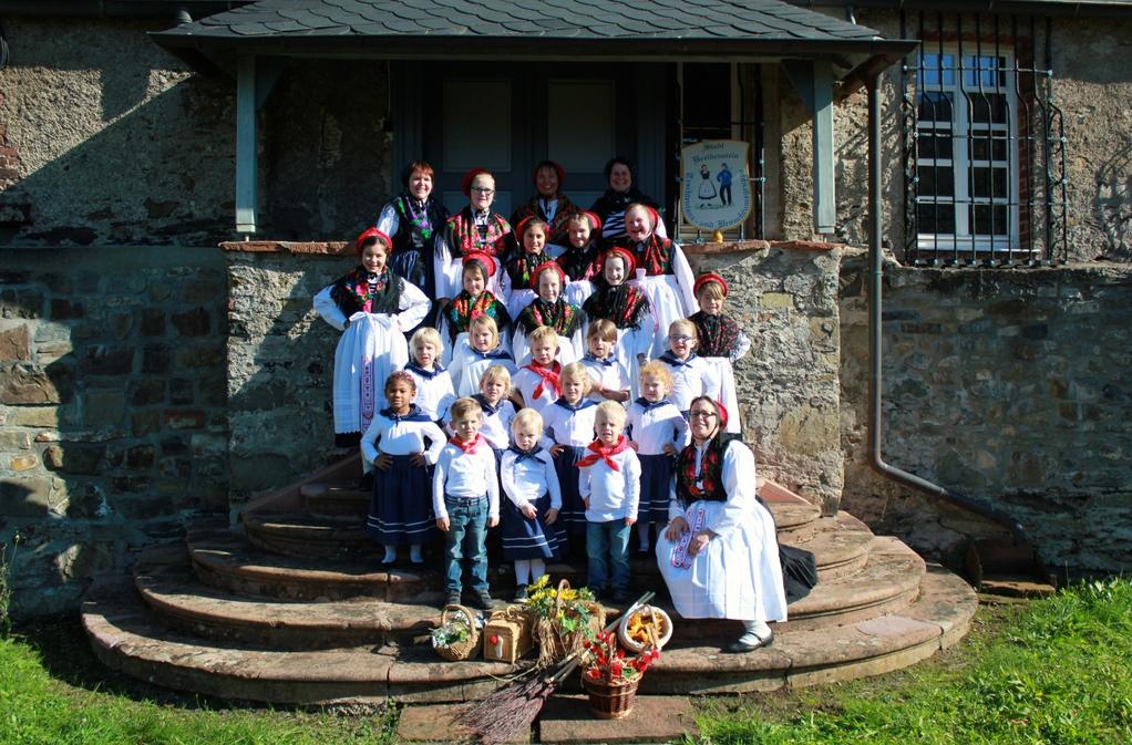 Die Kinder- und Jugendgruppe mit Betreuern/Tanzleiter